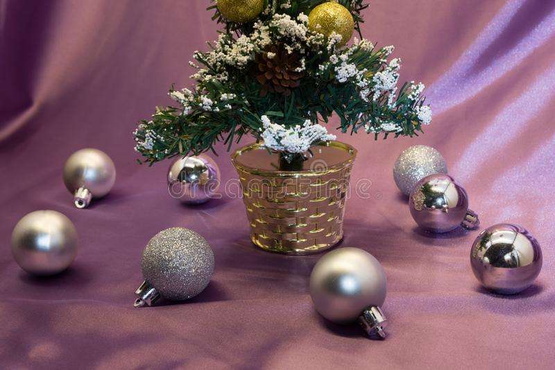 Albero, bagattelle e regali della decorazione di Natale sul fondo brillante delle luci immagine stock