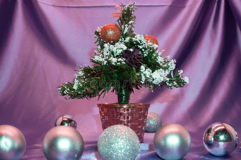 Albero, bagattelle e regali della decorazione di Natale sul fondo brillante delle luci fotografia stock libera da diritti