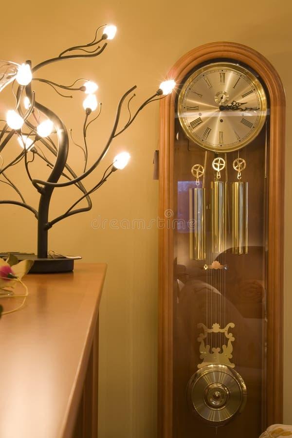 Download Albero Chiaro Sulla Mensola E Sull'orologio Immagine Stock - Immagine di lustro, immaginazione: 3886373