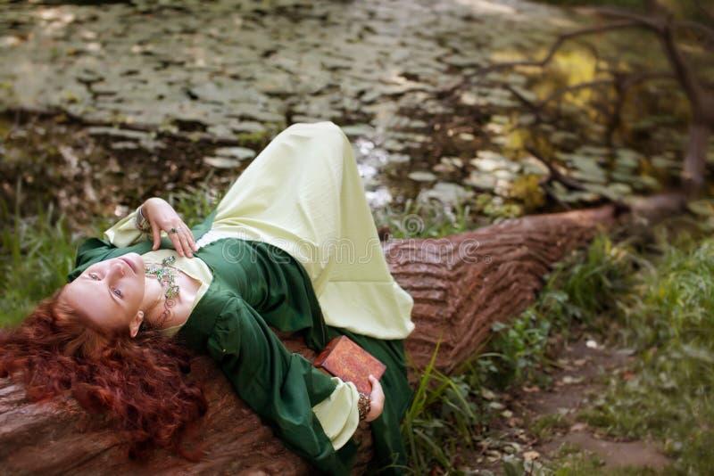 Albero-crisalide dai capelli rossi alla foresta magica fotografie stock