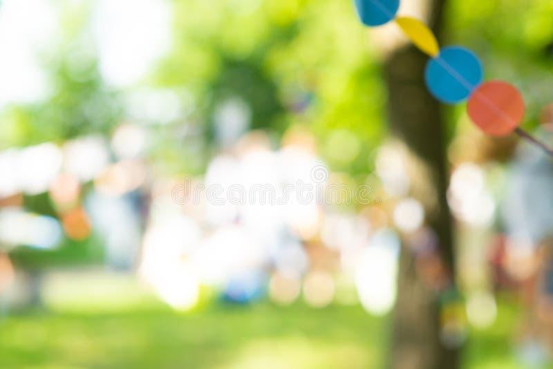 Albero del giardino del parco della sfuocatura nel fondo della natura in vacanza, fondo all'aperto leggero vago di estate del bok fotografie stock libere da diritti