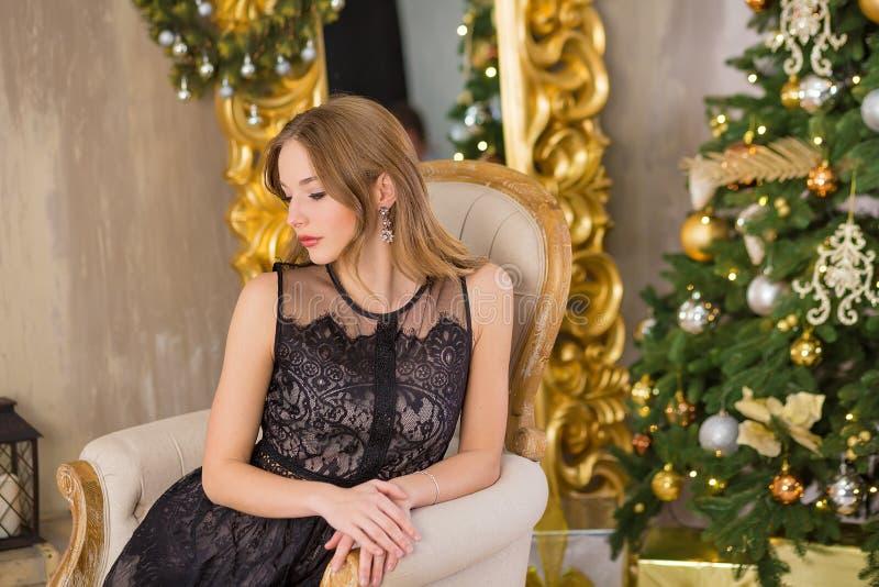 Albero del nuovo anno del fondo di Natale della donna di modo di bellezza Ragazza sexy di stile di Vogue Femmina splendida in ves fotografia stock libera da diritti