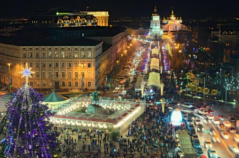 Albero del nuovo anno del ` s di Kyiv e mercato principali di Natale sulla st Sophia Square Caffè dell'aria aperta, attrazioni de fotografie stock