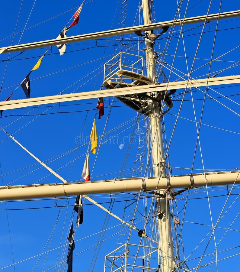 Albero della nave di navigazione contro un cielo blu immagini stock
