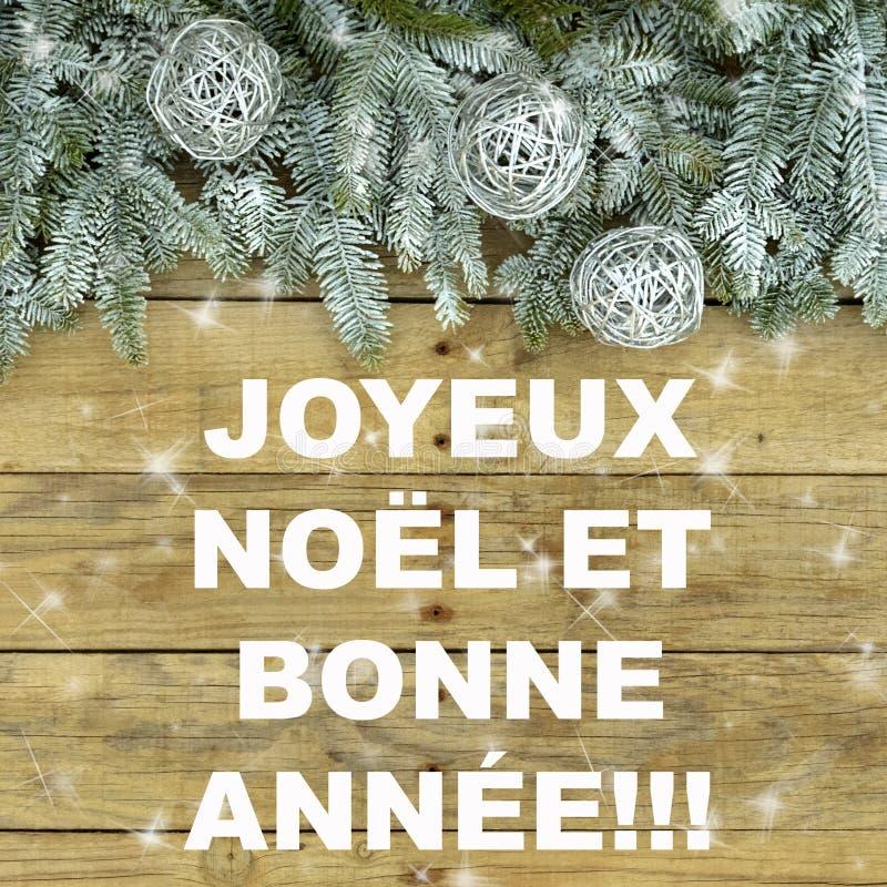 Albero di abete con le palle d'argento di scintillio su fondo approssimativo naturale di legno Cartolina di Natale in verde ed in fotografia stock