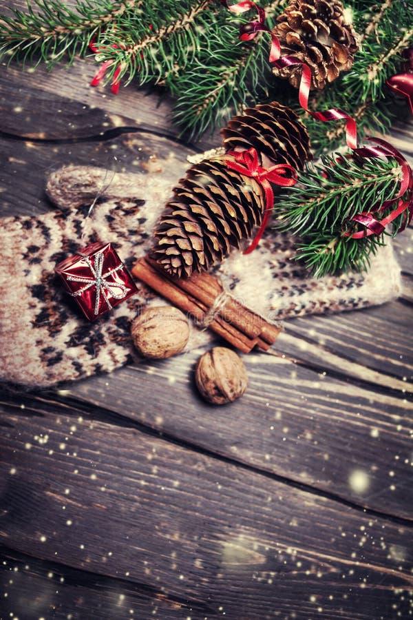 Albero di abete di Natale con la decorazione sul bordo di legno scuro in vinta immagini stock
