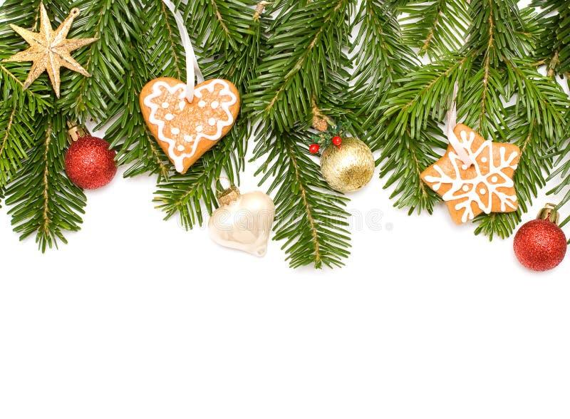 Albero di abete di natale, stella, biscotti e sfera verdi fotografie stock