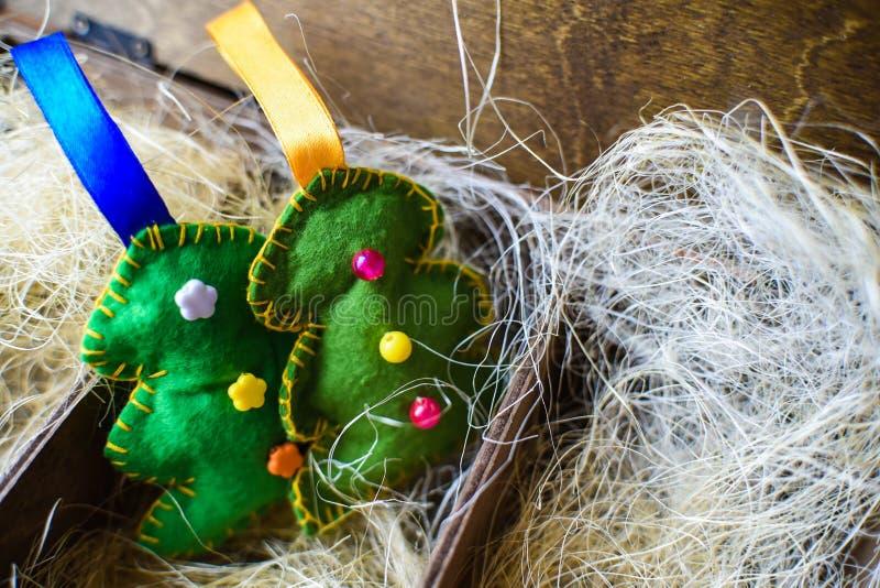 Albero di feltro in una scatola di legno con paglia, nuovo anno fotografia stock