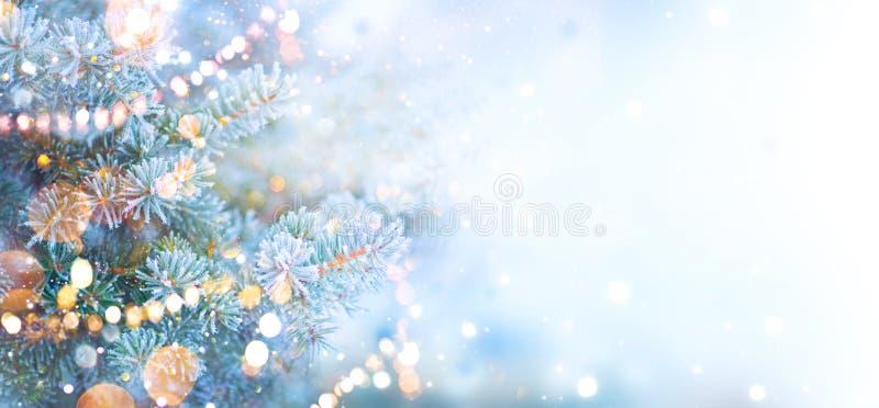 Albero di festa di Natale decorato con le luci della ghirlanda Fondo della neve del confine immagini stock libere da diritti