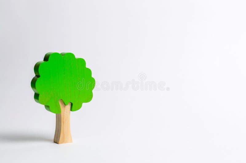 Albero di legno del giocattolo su un fondo bianco Minimalismo ed il concetto di conservazione ambientale polmoni del pianeta Albe fotografia stock libera da diritti