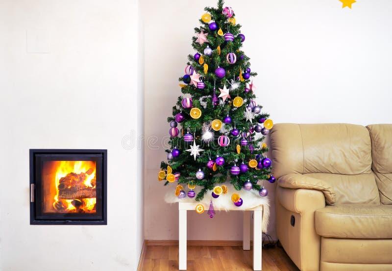 Albero di Natale in appartamento di lusso moderno della casa con il camino fotografie stock