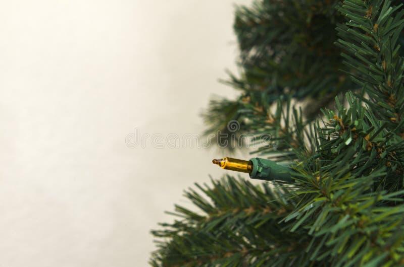 Albero di Natale artificiale contro la parete fotografia stock libera da diritti