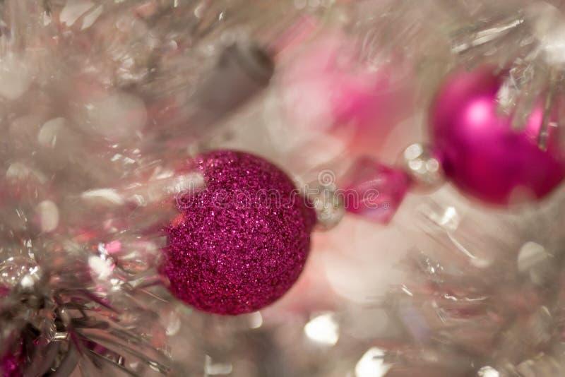 Albero di Natale bianco del lamé dell'argento di vacanza invernale con gli ornamenti e le luci rosa magenta immagine stock libera da diritti