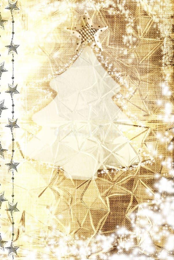 Albero di natale bianco sul fondo dorato della tela da imballaggio fotografie stock