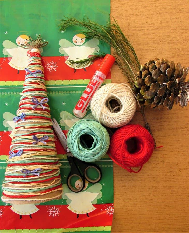 Albero di Natale casalingo Strumenti e materiali per fare il lavoro dell'artigianato per natale fotografia stock libera da diritti