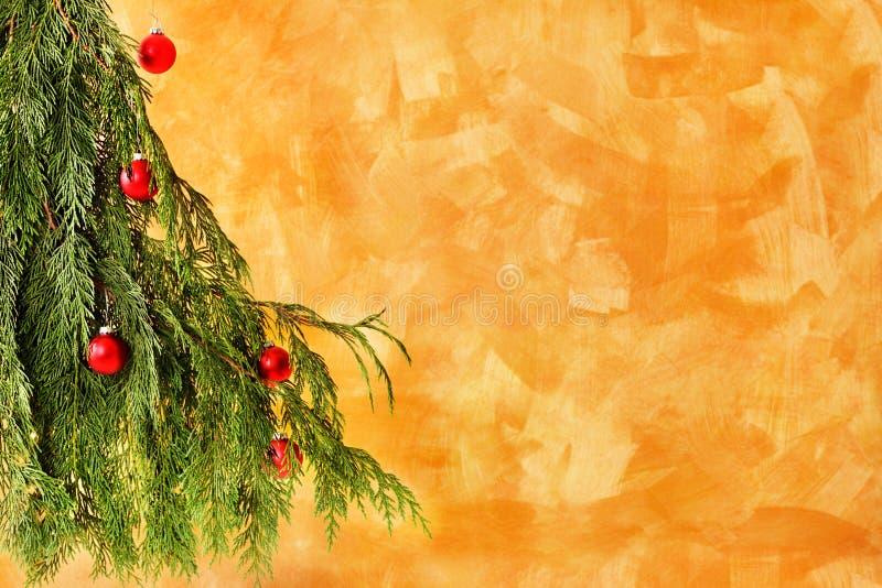 Albero di Natale con gli ornamenti rossi fotografia stock