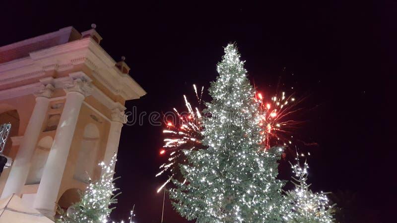Albero di Natale con i fuochi d'artificio fotografia stock