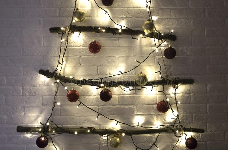 Albero di Natale con i giocattoli, le palle e le luci di natale fotografie stock libere da diritti