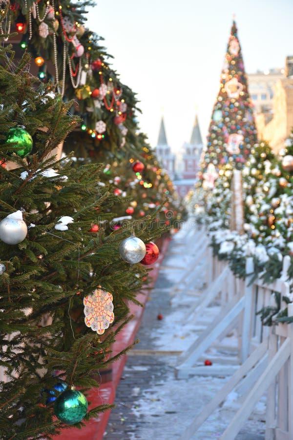 Albero di Natale con i giocattoli sul quadrato rosso a Mosca immagine stock libera da diritti