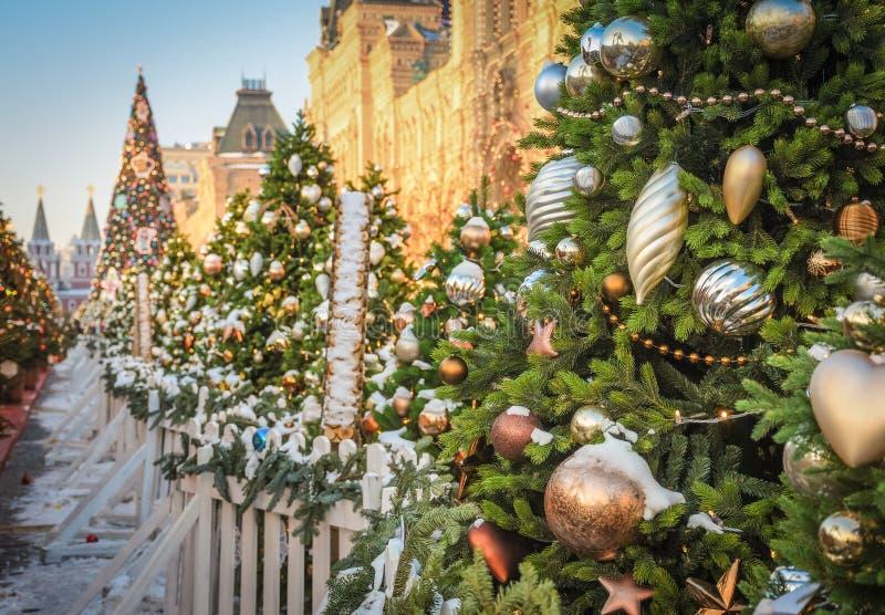 Albero di Natale con i giocattoli sul quadrato rosso a Mosca immagini stock libere da diritti