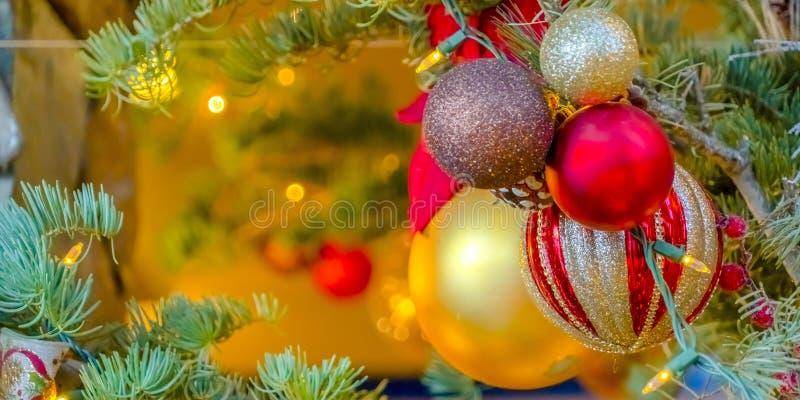 Albero di Natale con le bagattelle e le luci scintillanti immagini stock libere da diritti
