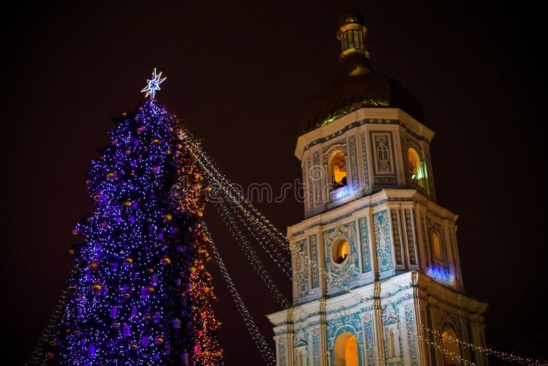 Albero di Natale con le luci all'aperto alla notte a Kiev Sophia Cathedral su fondo Celebrazione di nuovo anno fotografia stock