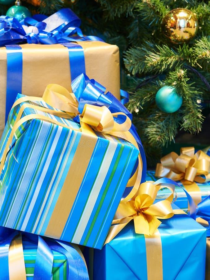 Albero di Natale con le palle e regali con gli archi ed i nastri fotografia stock