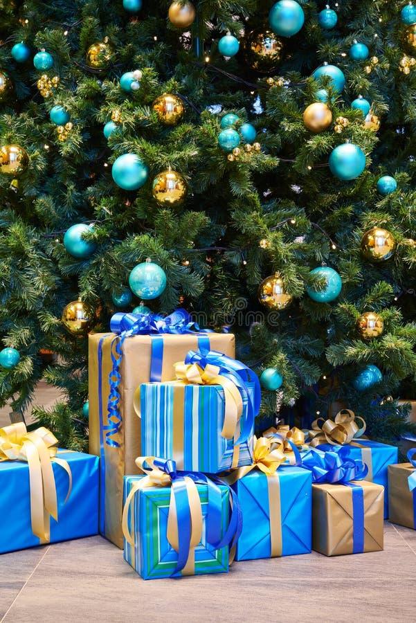 Albero di Natale con le palle ed i regali meravigliosamente avvolti immagini stock