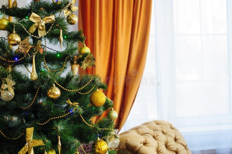 Albero di Natale decorato con i giocattoli nella stanza immagine stock