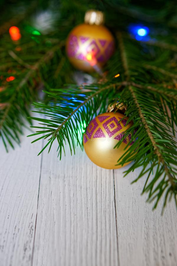 Albero di Natale, decorato con le palle dorate e le luci variopinte, fotografia stock libera da diritti