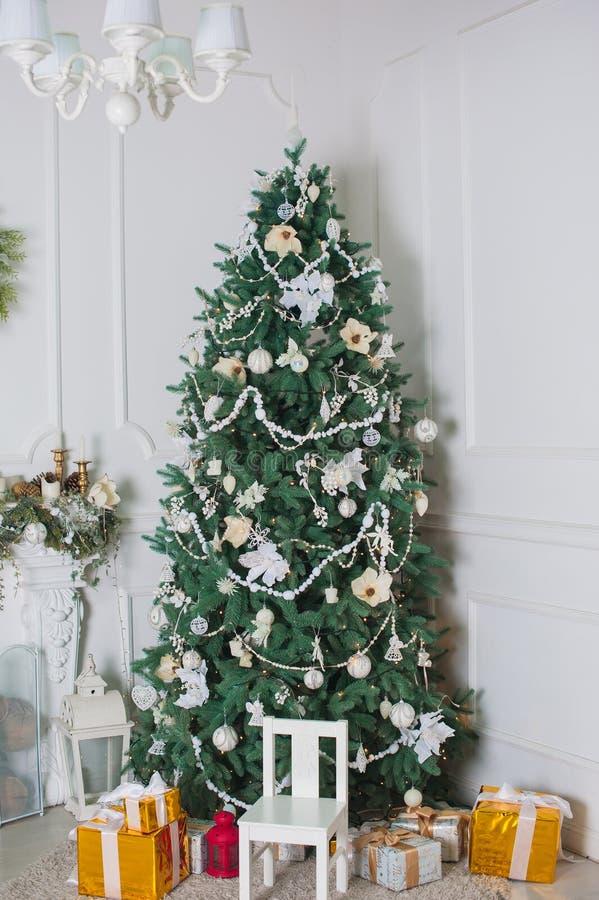 Albero di Natale decorato nella stanza fotografia stock