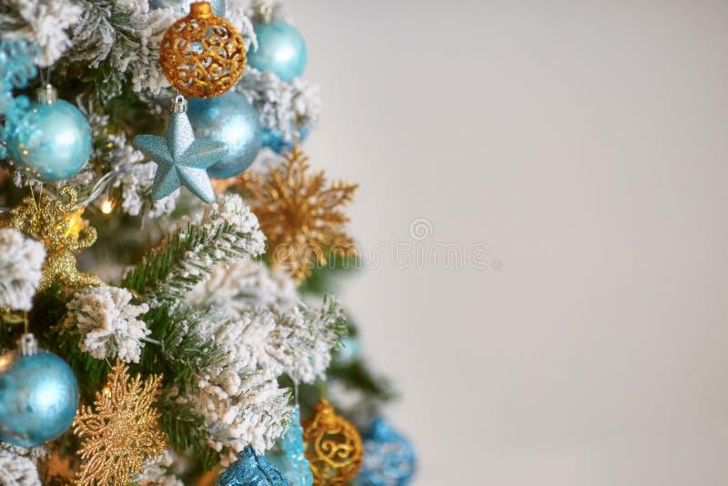 Albero di Natale decorato su fondo defocused vago immagine stock libera da diritti