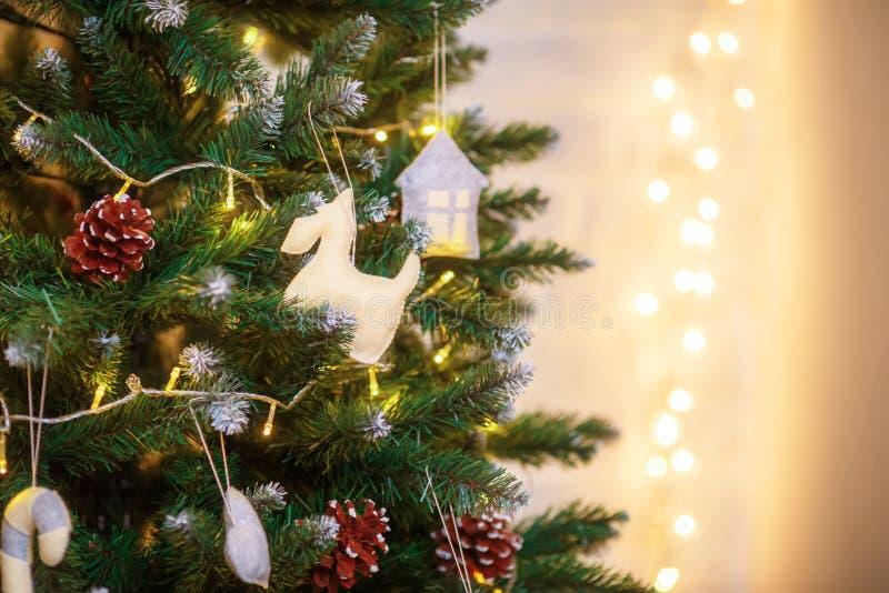 Albero di Natale decorato su fondo defocused vago fotografie stock libere da diritti