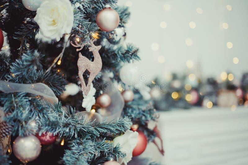 Albero di Natale decorato su fondo scintillante vago con le luci del bokeh fotografia stock