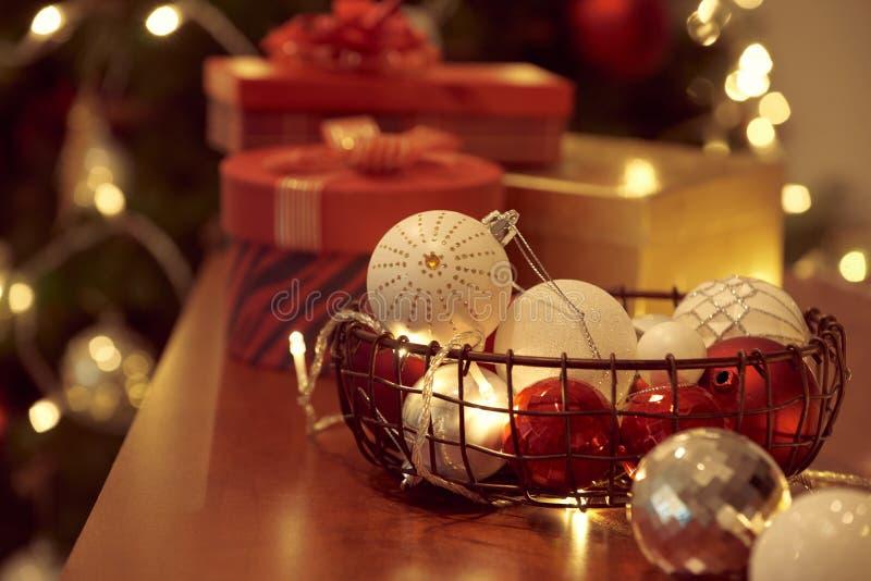 Albero di Natale decorato su fondo vago, scintillante e leggiadramente fotografia stock libera da diritti