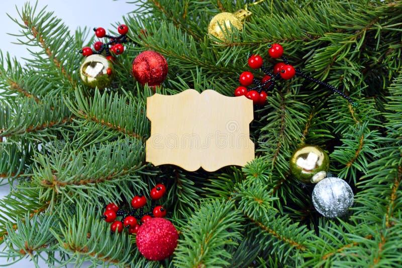Albero di Natale decorato in uno stile rustico Backgroun di Natale fotografia stock libera da diritti