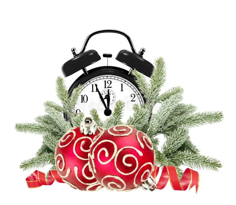 Albero di Natale, decorazioni verdi e sveglia isolati immagine stock libera da diritti