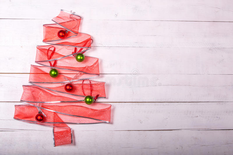 Albero di Natale del nastro del regalo con gli ornamenti immagini stock libere da diritti