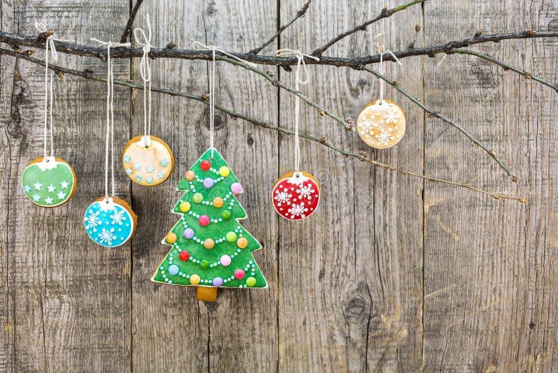 Albero di Natale del pan di zenzero con i biscotti d'attaccatura immagini stock