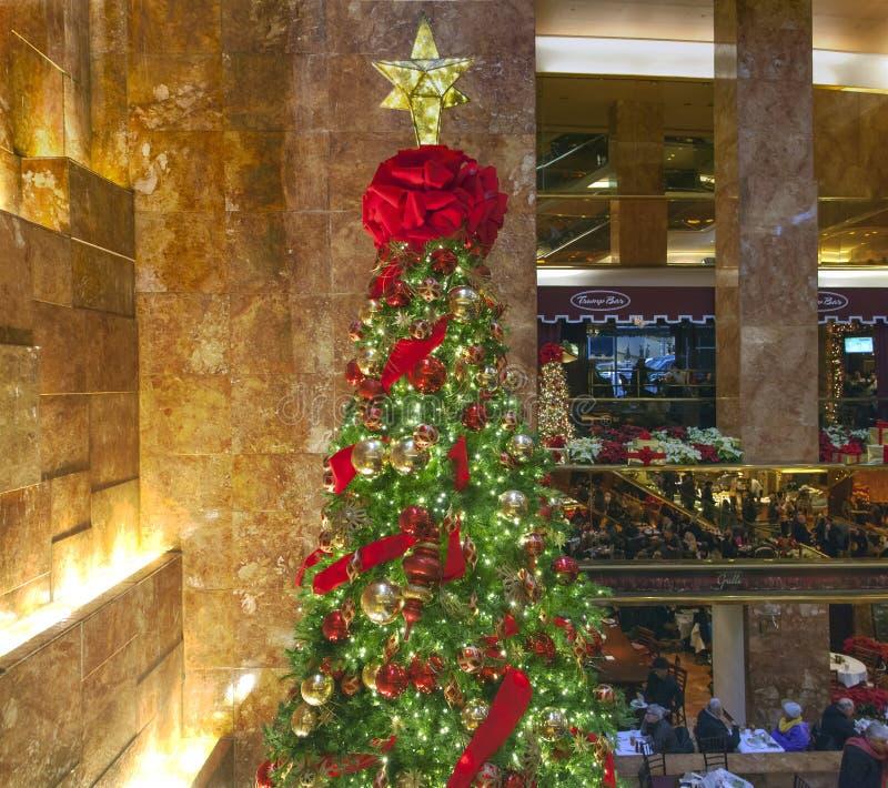 Albero di Natale dentro la torre di Trump in NYC fotografia stock libera da diritti
