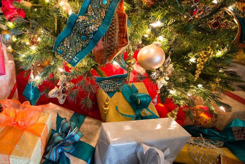 Albero di Natale di festa dei presente, colori immagini stock libere da diritti
