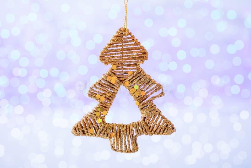 Albero di Natale dorato sul fondo di festa di scintillio Natale e nuovo anno fotografie stock