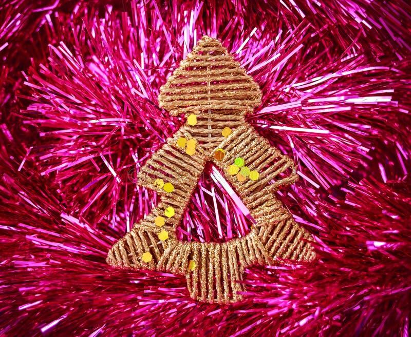 Albero di Natale dorato sul fondo rosa di festa Natale e nuovo anno fotografia stock