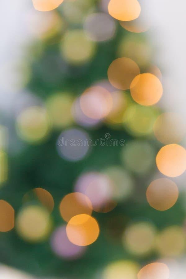 Albero di Natale e ghirlande Defocused, bokeh giallo immagini stock