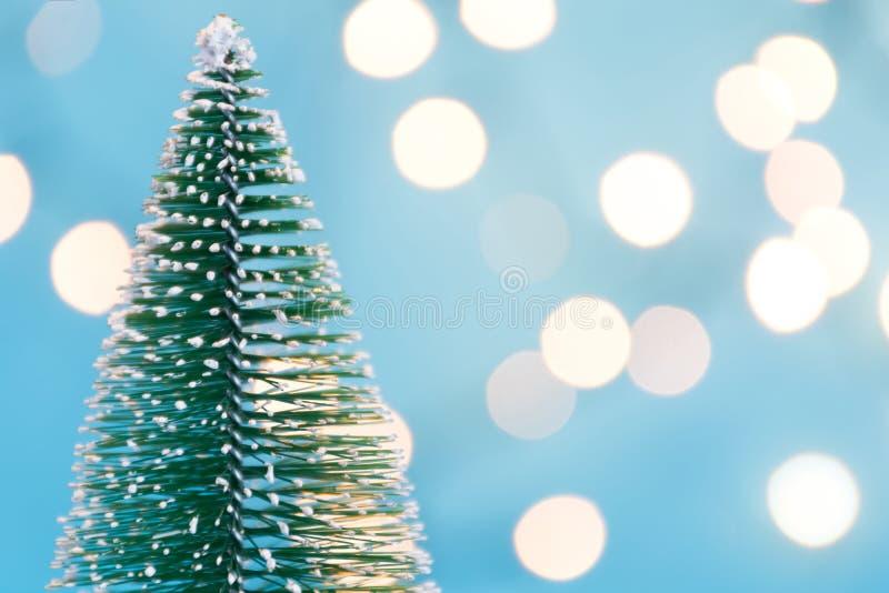 Albero di Natale e globo astratti delle luci nel fondo vago fotografie stock