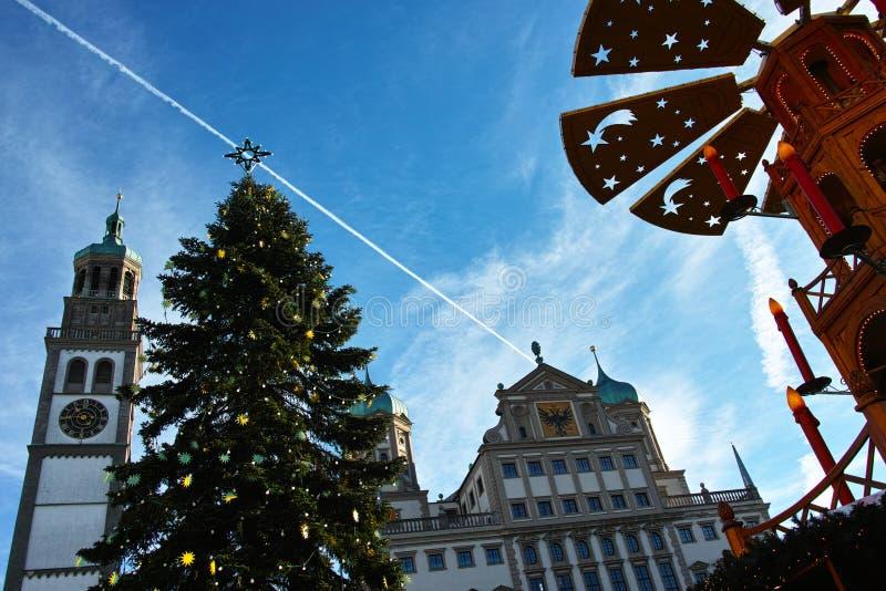 Albero di Natale e piramide all'basso angolo del municipio fotografia stock