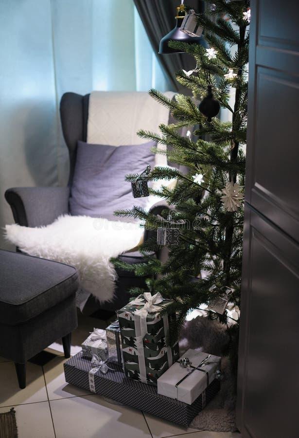 Albero di Natale e una sedia molle nella stanza fotografie stock