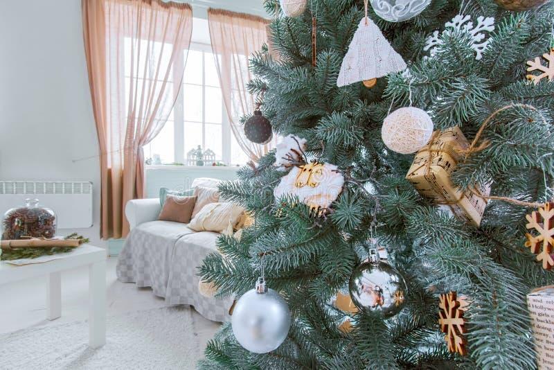 Albero di natale ed interno di festa della stanza Nuovo anno e Christma allegro fotografia stock libera da diritti
