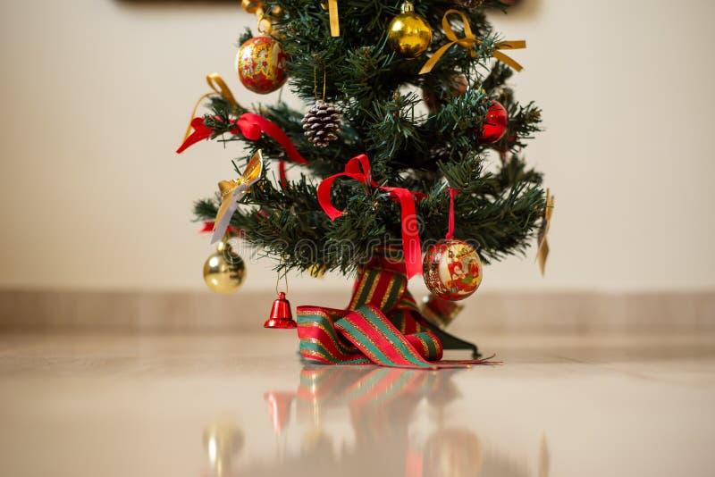 Albero di Natale ed ornamenti variopinti immagine stock