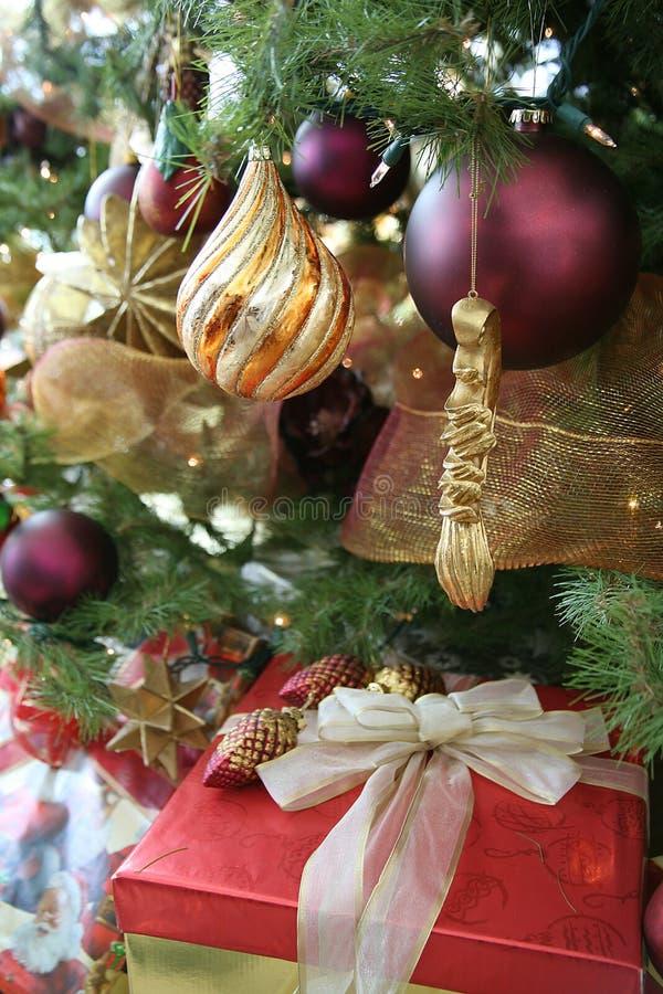 Albero di Natale elegante immagine stock. Immagine di lampadina - 2846073
